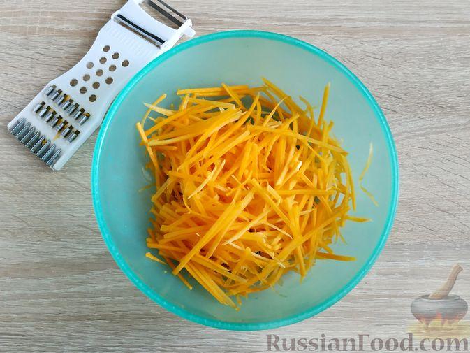 Фото приготовления рецепта: Салат из тыквы с яйцом и чесноком - шаг №2