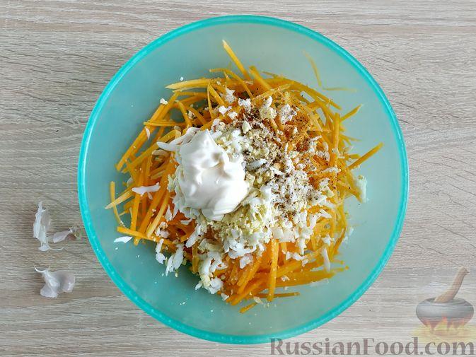 Фото приготовления рецепта: Салат из тыквы с яйцом и чесноком - шаг №4