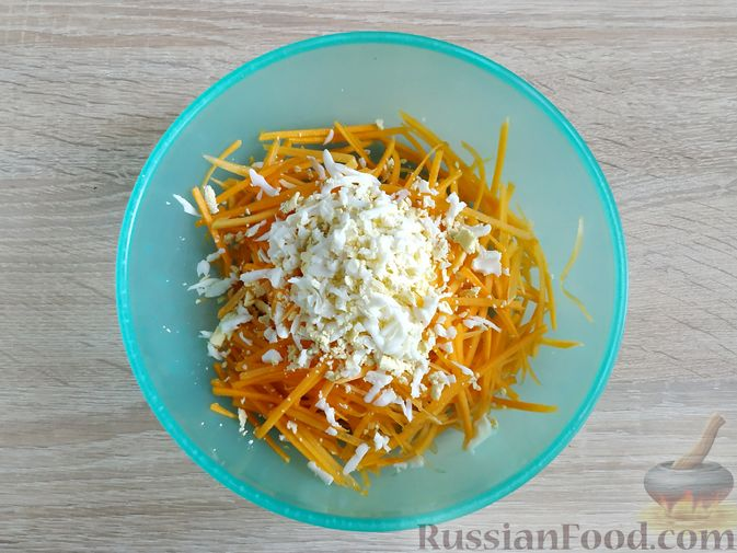 Фото приготовления рецепта: Салат из тыквы с яйцом и чесноком - шаг №3
