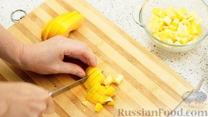 Фото приготовления рецепта: Айвовая курица с медово-ягодным соусом - шаг №2