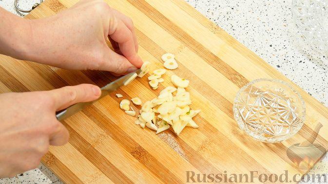 Фото приготовления рецепта: Айвовая курица с медово-ягодным соусом - шаг №4