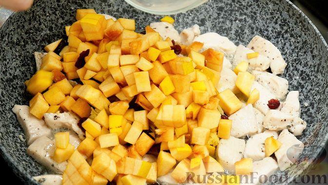 Фото приготовления рецепта: Айвовая курица с медово-ягодным соусом - шаг №8
