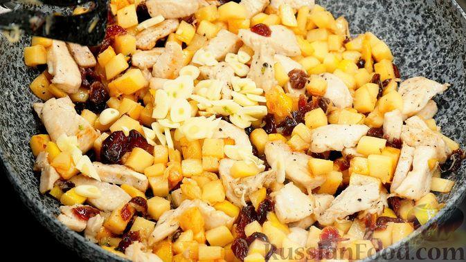 Фото приготовления рецепта: Айвовая курица с медово-ягодным соусом - шаг №9