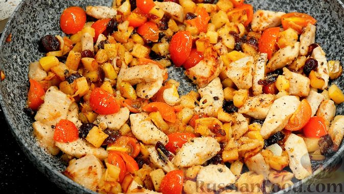 Фото приготовления рецепта: Айвовая курица с медово-ягодным соусом - шаг №11