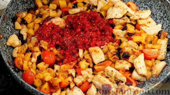 Фото приготовления рецепта: Айвовая курица с медово-ягодным соусом - шаг №12