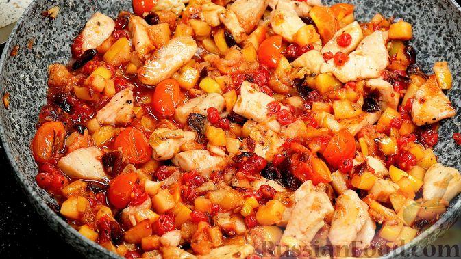 Фото приготовления рецепта: Айвовая курица с медово-ягодным соусом - шаг №13
