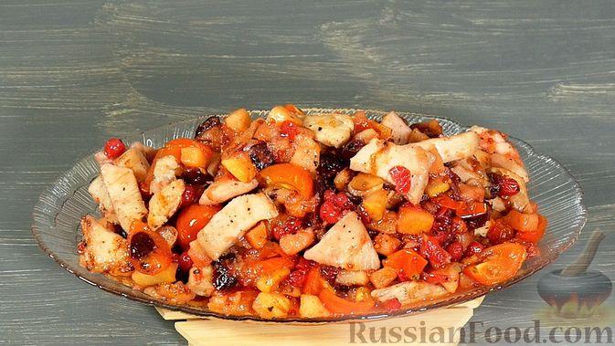 Фото приготовления рецепта: Айвовая курица с медово-ягодным соусом - шаг №14