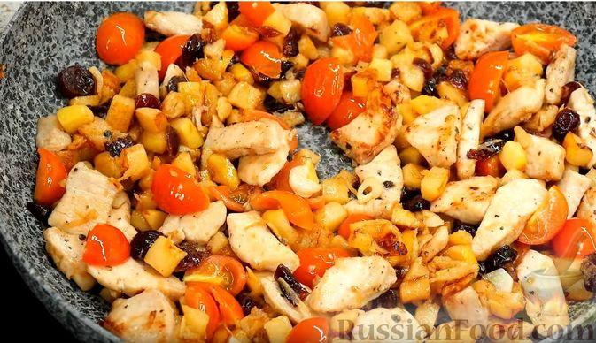 Фото приготовления рецепта: Айвовая курица с медово-ягодным соусом - шаг №10