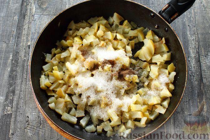Фото приготовления рецепта: Слоёный салат с копчёной курицей, маринованными шампиньонами и огурцами - шаг №11