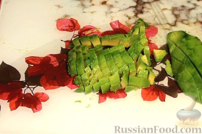 Фото приготовления рецепта: Закуска из лосося и авокадо - шаг №2