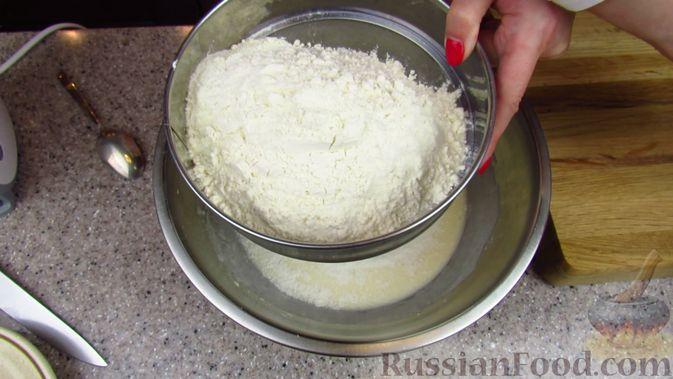 Фото приготовления рецепта: Закусочный пирог с копченой грудинкой, вялеными помидорами и сыром - шаг №3