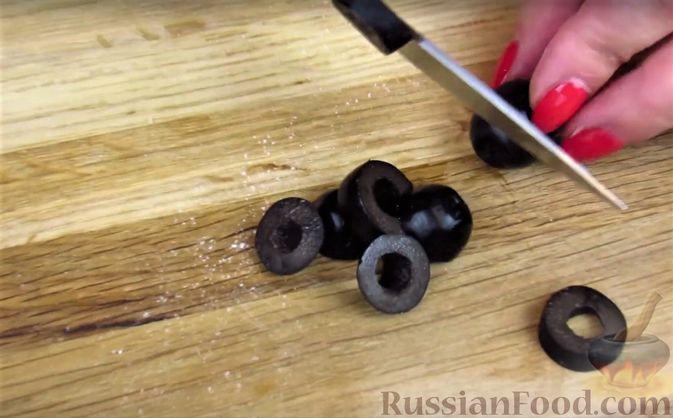Фото приготовления рецепта: Закусочный пирог с копченой грудинкой, вялеными помидорами и сыром - шаг №6