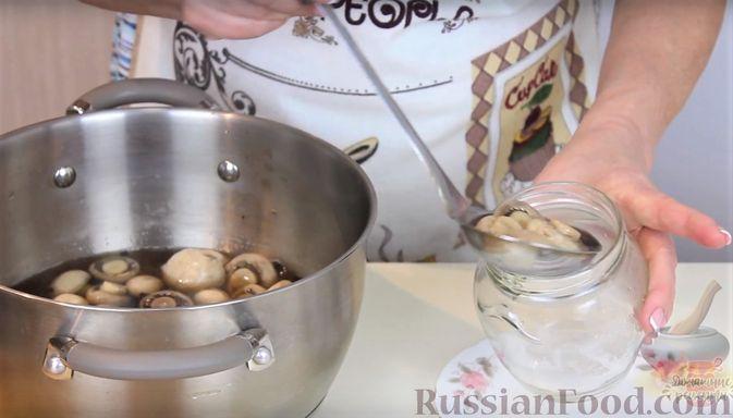 Фото приготовления рецепта: Гречка со сметаной, яйцами и грибами - шаг №3
