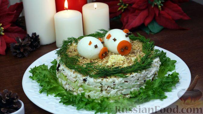"""Фото к рецепту: Салат """"Нежность"""" с курицей, черносливом и орехами"""