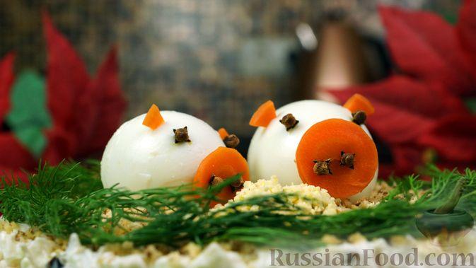 """Фото приготовления рецепта: Салат """"Нежность"""" с курицей, черносливом и орехами - шаг №15"""