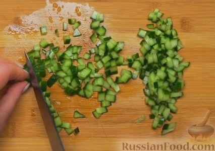 Фото приготовления рецепта: Крабовый салат с морковью и огурцом - шаг №2