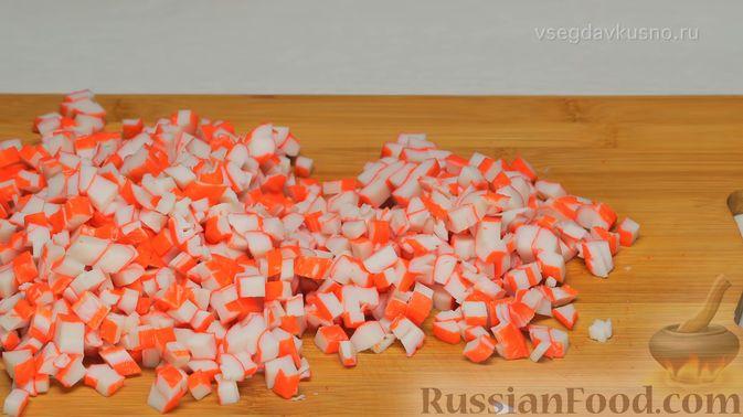 Фото приготовления рецепта: Крабовый салат с морковью и огурцом - шаг №1