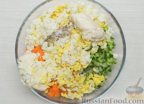 Фото приготовления рецепта: Крабовый салат с морковью и огурцом - шаг №5