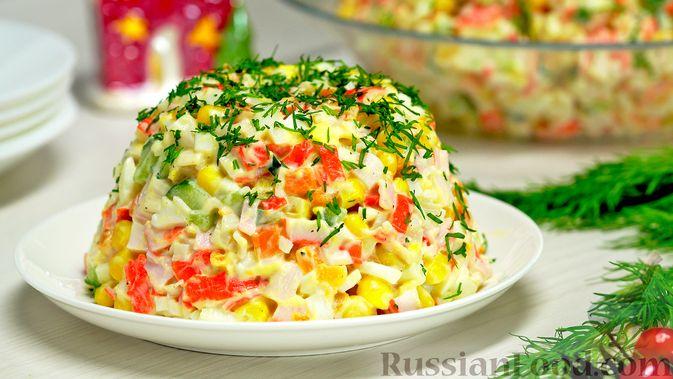 Фото приготовления рецепта: Крабовый салат с морковью и огурцом - шаг №8
