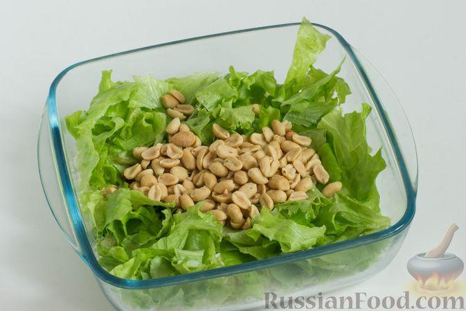 Фото приготовления рецепта: Зеленый салат с кукурузой и арахисом - шаг №4