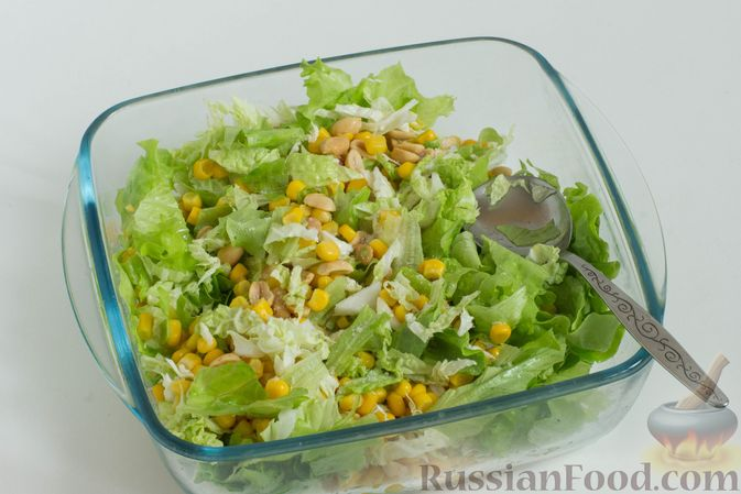 Фото приготовления рецепта: Зеленый салат с кукурузой и арахисом - шаг №6