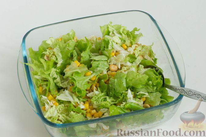 Фото приготовления рецепта: Зеленый салат с кукурузой и арахисом - шаг №7