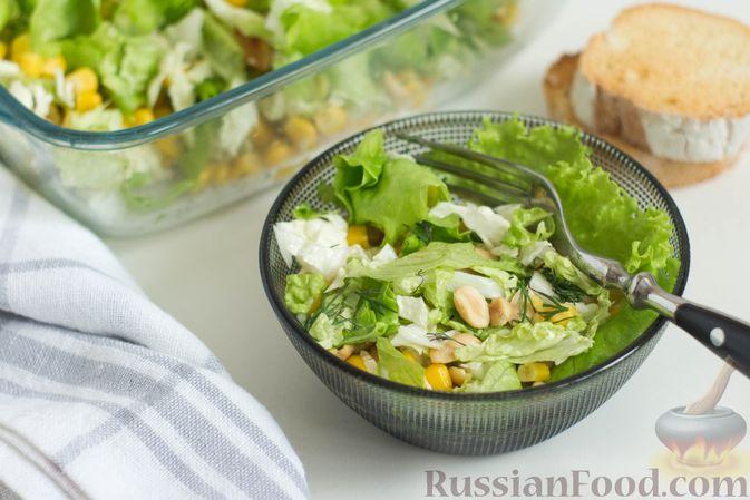 Фото приготовления рецепта: Зеленый салат с кукурузой и арахисом - шаг №8