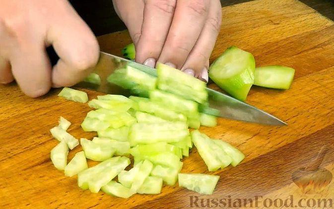 """Фото приготовления рецепта: Салат """"Нежность"""" с курицей, черносливом и орехами - шаг №5"""