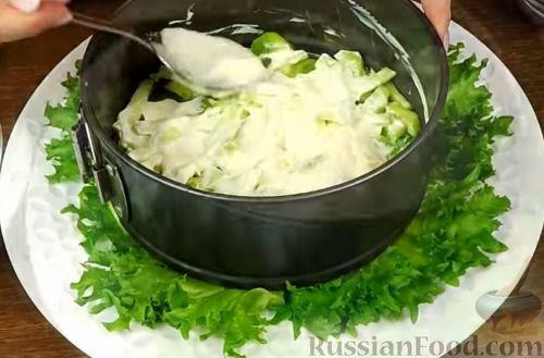 """Фото приготовления рецепта: Салат """"Нежность"""" с курицей, черносливом и орехами - шаг №8"""