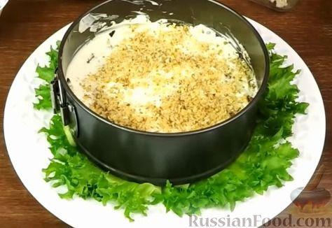 """Фото приготовления рецепта: Салат """"Нежность"""" с курицей, черносливом и орехами - шаг №12"""