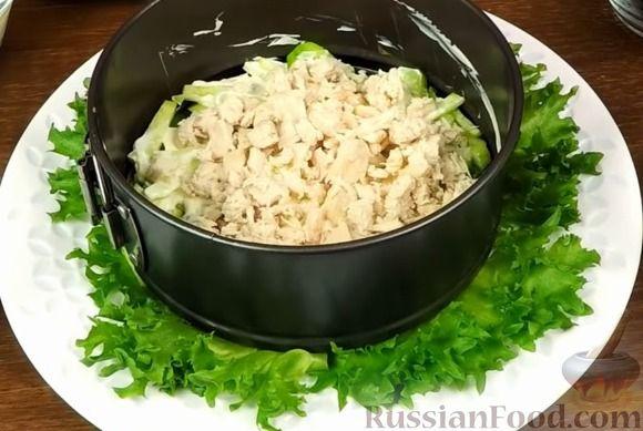 """Фото приготовления рецепта: Салат """"Нежность"""" с курицей, черносливом и орехами - шаг №9"""