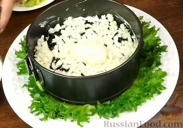 """Фото приготовления рецепта: Салат """"Нежность"""" с курицей, черносливом и орехами - шаг №11"""