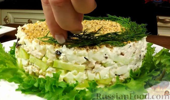 """Фото приготовления рецепта: Салат """"Нежность"""" с курицей, черносливом и орехами - шаг №14"""