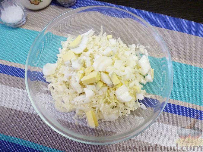 Фото приготовления рецепта: Салат из пекинской капусты с хурмой - шаг №3