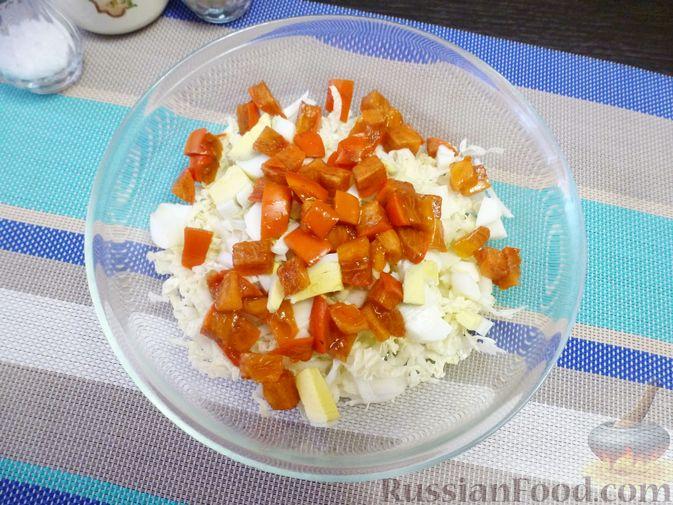 Фото приготовления рецепта: Салат из пекинской капусты с хурмой - шаг №4