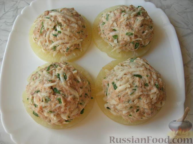 Фото приготовления рецепта: Закуска с тунцом и сельдереем на ананасовых кольцах - шаг №5