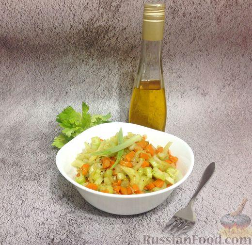 Фото приготовления рецепта: Говядина, тушенная с сельдереем и морковью в томатном соусе - шаг №13