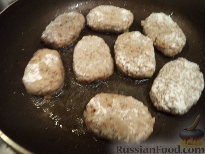 Фото приготовления рецепта: Булочки с вишнёвым вареньем, изюмом и орехами - шаг №23