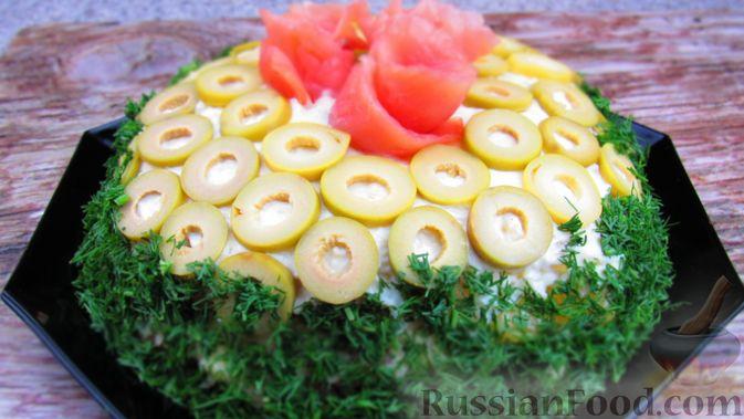 Фото к рецепту: Слоёный салат с форелью и апельсином