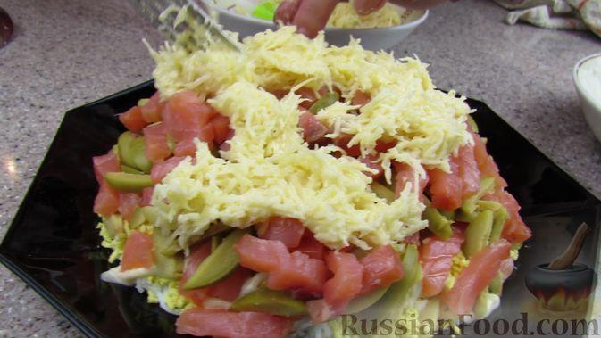 Фото приготовления рецепта: Слоёный салат с форелью и апельсином - шаг №11