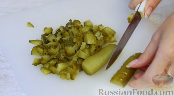"""Фото приготовления рецепта: Слоёный салат """"Бусы на снегу"""" с говядиной - шаг №3"""