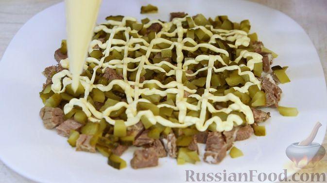 """Фото приготовления рецепта: Слоёный салат """"Бусы на снегу"""" с говядиной - шаг №7"""