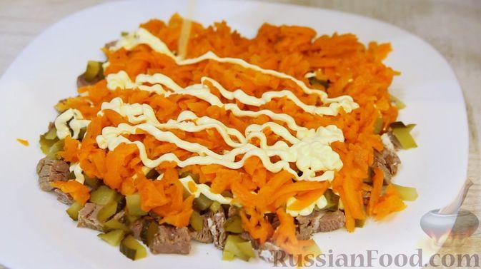 """Фото приготовления рецепта: Слоёный салат """"Бусы на снегу"""" с говядиной - шаг №8"""