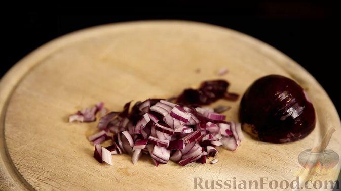 Фото приготовления рецепта: Слоёный салат с сельдью и сметаной - шаг №2