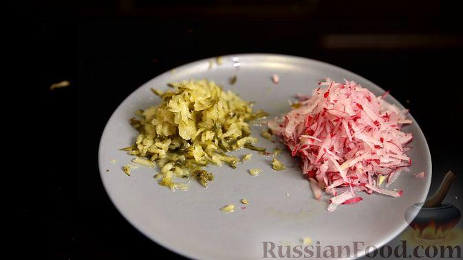 Фото приготовления рецепта: Слоёный салат с сельдью и сметаной - шаг №3