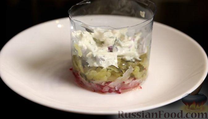 Фото приготовления рецепта: Слоёный салат с сельдью и сметаной - шаг №7