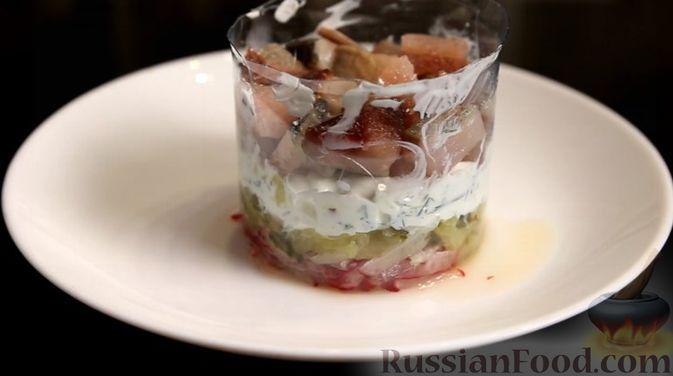 Фото приготовления рецепта: Слоёный салат с сельдью и сметаной - шаг №8