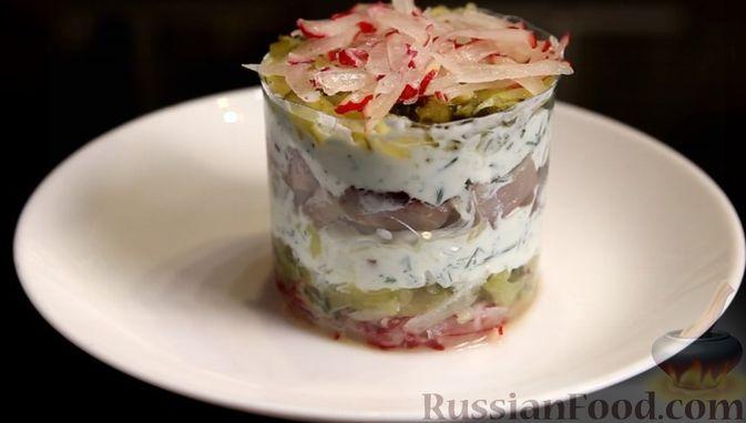 Фото приготовления рецепта: Слоёный салат с сельдью и сметаной - шаг №9