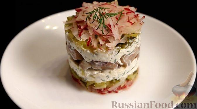 Фото приготовления рецепта: Слоёный салат с сельдью и сметаной - шаг №10