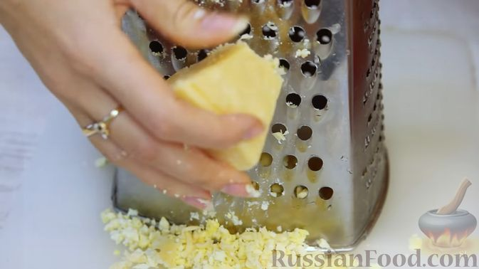 """Фото приготовления рецепта: Слоёный салат """"Бусы на снегу"""" с говядиной - шаг №5"""